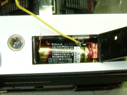 電池のカバーを取り外し、銅版で作った座金で電池と接続する