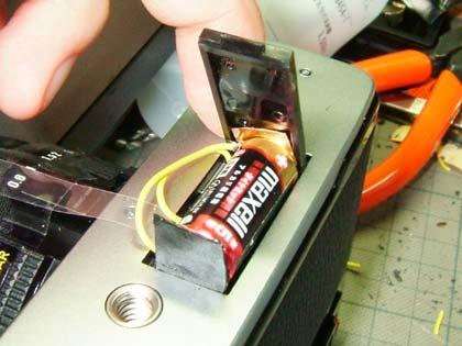 電池はどうしてもカメラ本体に収めることができなかった。