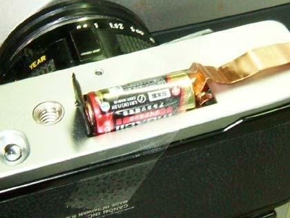 電池がカメラからはみ出す格好になってしまったけど、これでもちゃんと通電して使えるようだ。