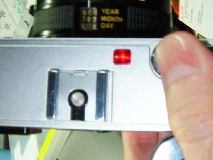 シャッターを半押しにすると、ちゃんとチェックランプも赤く点灯する。